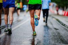 Descenso del agua en hombre de la zapatilla deportiva Fotografía de archivo
