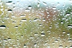 Descenso del agua en la pared de cristal Foto de archivo libre de regalías