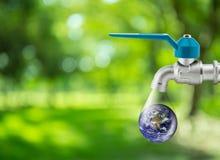 Descenso del agua que corre de la repoblación forestal de la aguamarina del ahorro del golpecito del grifo conceptual Foto de archivo libre de regalías