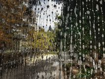 Descenso del agua sobre el vidrio ilustración del vector