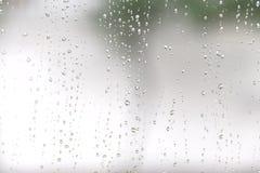 descenso del agua sobre el vidrio y el goteo abajo Foto de archivo libre de regalías