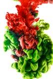 Descenso del color tinta roja y verde en el fondo blanco imagen de archivo libre de regalías