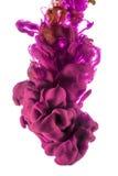 Descenso del color tinta rosada, roja en el fondo blanco Imágenes de archivo libres de regalías