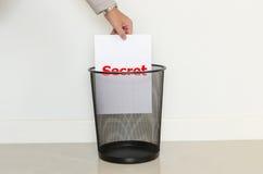Descenso del hombre de negocios un papel inútil adentro a la basura Fotografía de archivo libre de regalías