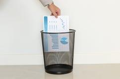 Descenso del hombre de negocios un papel inútil adentro a la basura Imágenes de archivo libres de regalías