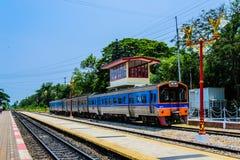 Descenso del tren del carretón en la estación de tren Imagen de archivo