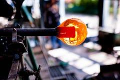 Descenso hermoso del vidrio líquido, primer paso de soplar de cristal Imagen de archivo libre de regalías