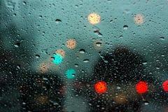 Descenso lluvioso en el espejo con el bokeh fotografía de archivo libre de regalías