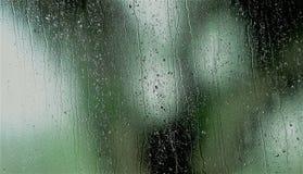 Descenso natural del agua sobre el vidrio fotografía de archivo libre de regalías