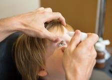 Descensos de Hands Putting Eye del optometrista en pacientes Imagen de archivo