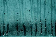 Descensos de la condensación sobre el vidrio en tono ciánico foto de archivo libre de regalías