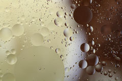 Descensos del aceite en agua Imágenes de archivo libres de regalías