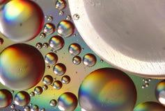 Descensos del aceite en superficie del agua Fotos de archivo libres de regalías