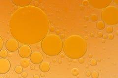 Descensos del aceite en una superficie del agua Fotografía de archivo libre de regalías