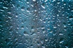 Descensos del agua de lluvia sobre el vidrio Fotografía de archivo libre de regalías