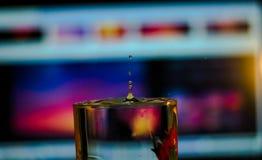 Descensos del agua dentro de un vidrio imagenes de archivo