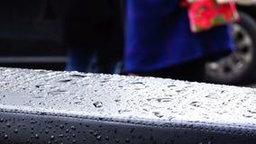 Descensos del agua después de la lluvia en la tela de cuero en la ciudad almacen de metraje de vídeo
