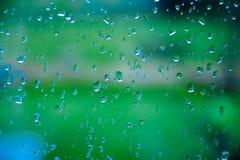 Descensos del agua después de la lluvia en una ventana Fotografía de archivo