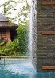 Descensos del agua en cascada de la piscina Imágenes de archivo libres de regalías