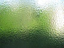 Descensos del agua en cierre transparente verde del vidrio para arriba Imagen de archivo