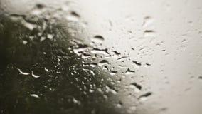 Descensos del agua en el parabrisas del coche en monzón Fotos de archivo