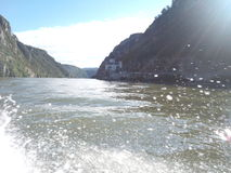 Descensos del agua en el río Fotos de archivo libres de regalías