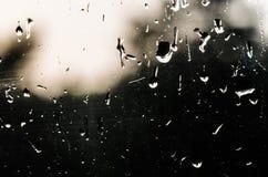 Descensos del agua en el vidrio de la ventana con un modelo interesante Fotos de archivo libres de regalías