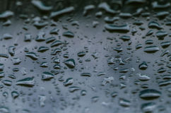 Descensos del agua en el vidrio de la ventana con un modelo interesante Imagenes de archivo