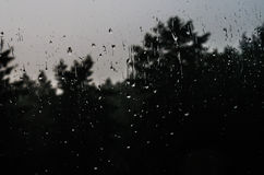 Descensos del agua en el vidrio de la ventana con un modelo interesante Foto de archivo