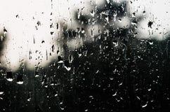 Descensos del agua en el vidrio de la ventana con un modelo interesante Fotografía de archivo