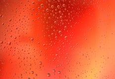 Descensos del agua en fondo rojo de la pendiente Amor, pasión, corazón, deseo, acción, concepto romántico Fotos de archivo libres de regalías