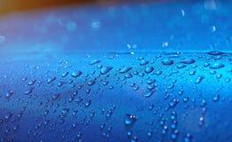 Descensos del agua en la pintura del metal del coche Foto de archivo libre de regalías
