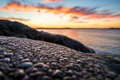 Descensos del agua en rocas en la costa Fotografía de archivo libre de regalías