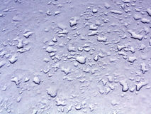 Descensos del agua en superficie de metal azul del coche Fotografía de archivo