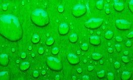 Descensos del agua en superficie de metal verde del coche abstraiga el fondo Fotos de archivo libres de regalías