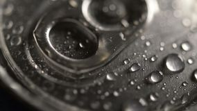 Descensos del agua en una tapa de la poder del metal metrajes