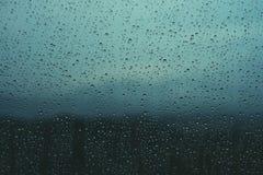 Descensos del agua en ventana foto de archivo