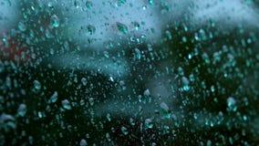Descensos del agua que corren sobre el vidrio almacen de video