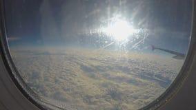 Descensos del agua sobre el vidrio de la ventana de los aviones Vuelo del avión de pasajeros sobre las nubes almacen de video