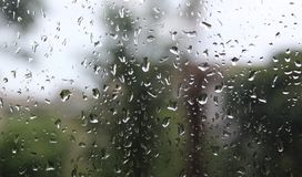Descensos del agua sobre el vidrio, naturaleza, fondo blured fotos de archivo