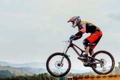 Descensos del jinete del hombre en biking de la montaña del salto fotos de archivo libres de regalías