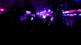 Descensos fríos de la noche del otoño del lapso híper de la noche en la ventana trasera de la tranvía almacen de video