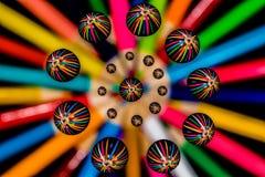 Descensos macros del agua y modelo simétrico coloreado del extracto del lápiz Imagen de archivo