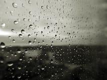 Descensos sobre el vidrio fotografía de archivo libre de regalías