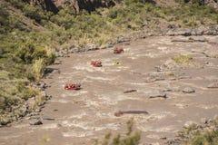 Descente dans transporter de rivière dans par radeau les montagnes des Andes photographie stock libre de droits