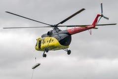 Descente de civière vide de l'hélicoptère MI-8 Image stock