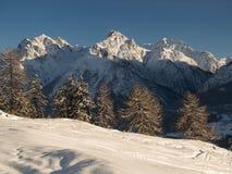 Descente de ski dans les Alpes suisses Images libres de droits