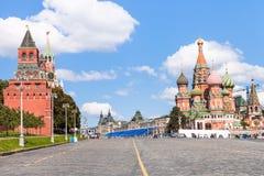 Descente de Vasilevsky et tours de Moscou Kremlin Photos libres de droits
