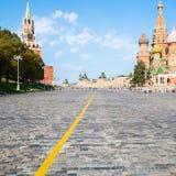 Descente de Vasilevsky de place rouge dans la ville de Moscou photos libres de droits