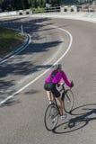 Descente par le cycle de route dans une courbe Photos libres de droits